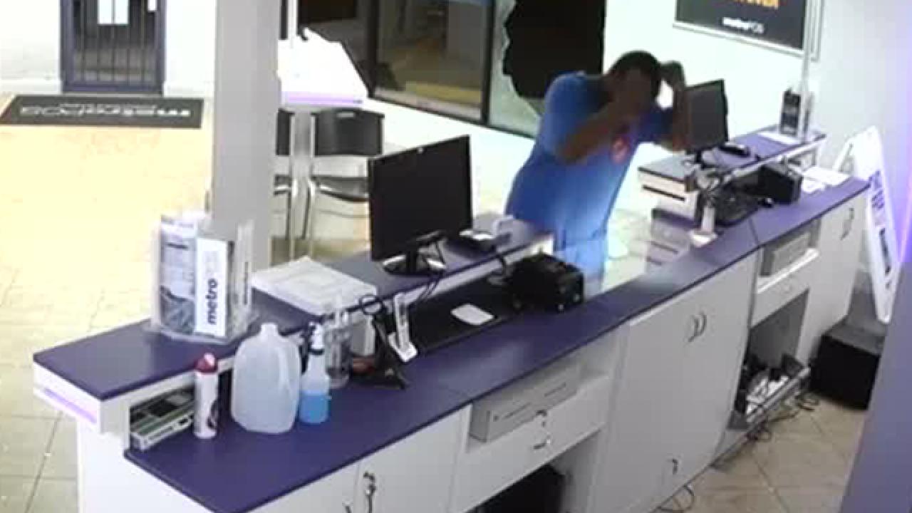 Video shows Lantana MetroPCS break-in