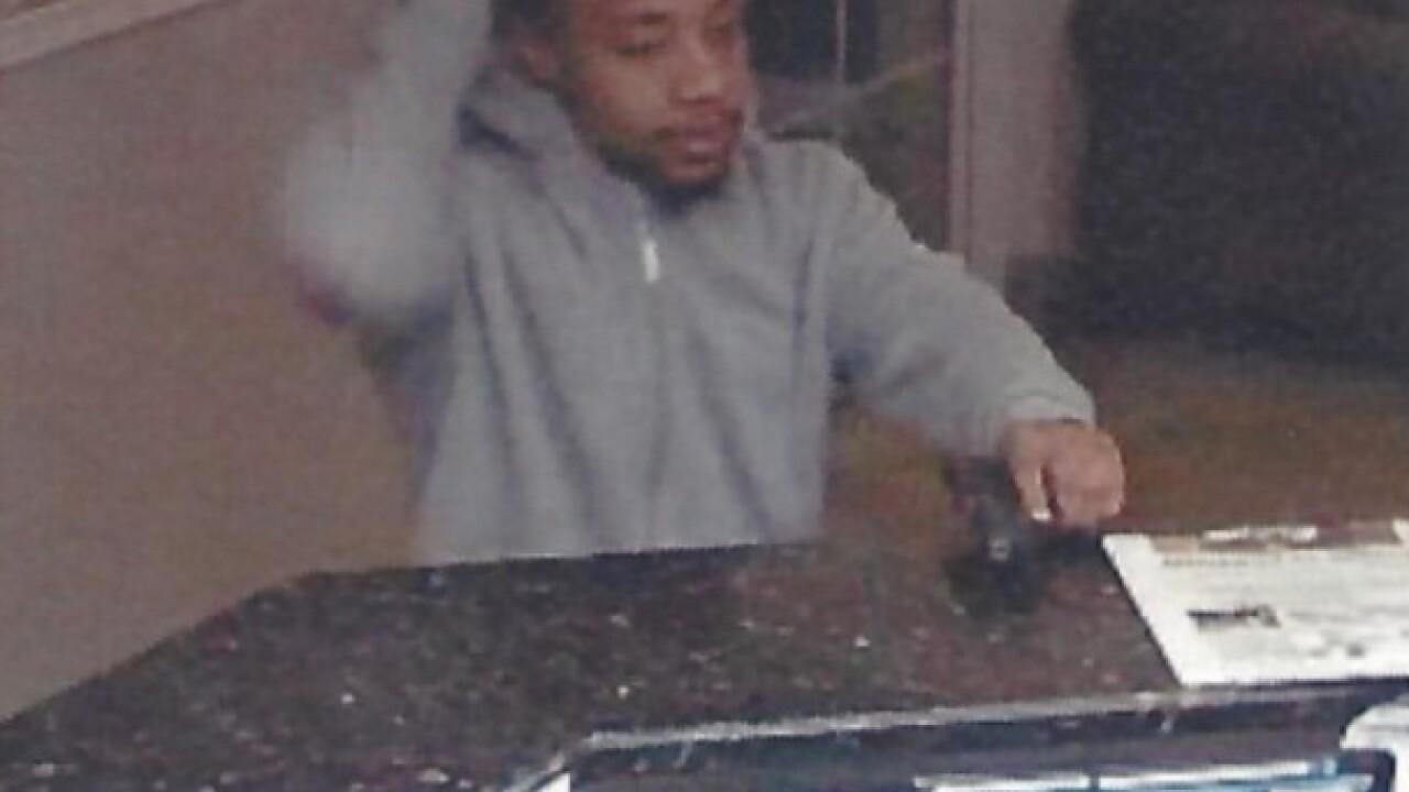 Man robs hotel at gunpoint in Roseville
