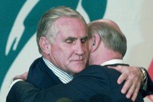 Don Shula hugs Wayne Huizenga after announcing his retirement in 1996