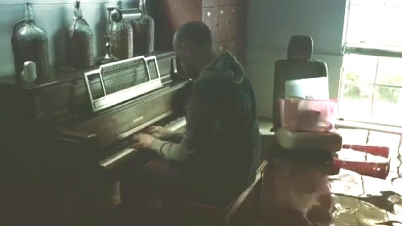 Man returns to Texas home, plays beautiful music on flooded piano