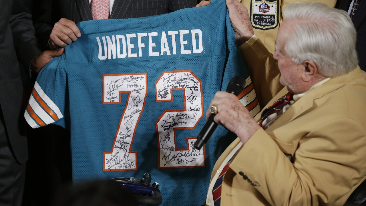 Don Shula holds undefeated Dolphins jersey during White House visit in 2013