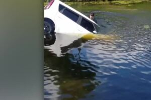VIDEO: Woman rescued after car plunges into Boca Raton canal