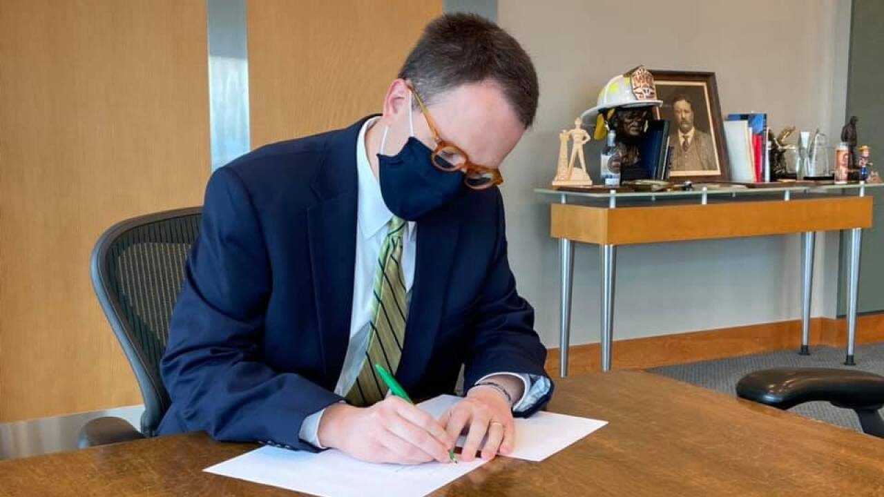 Mayor Bynum signs mask ordinance into effect