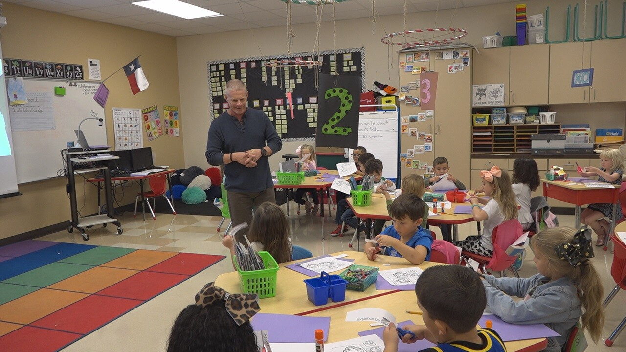 Belton ISD students honor teacher ahead of veterans day