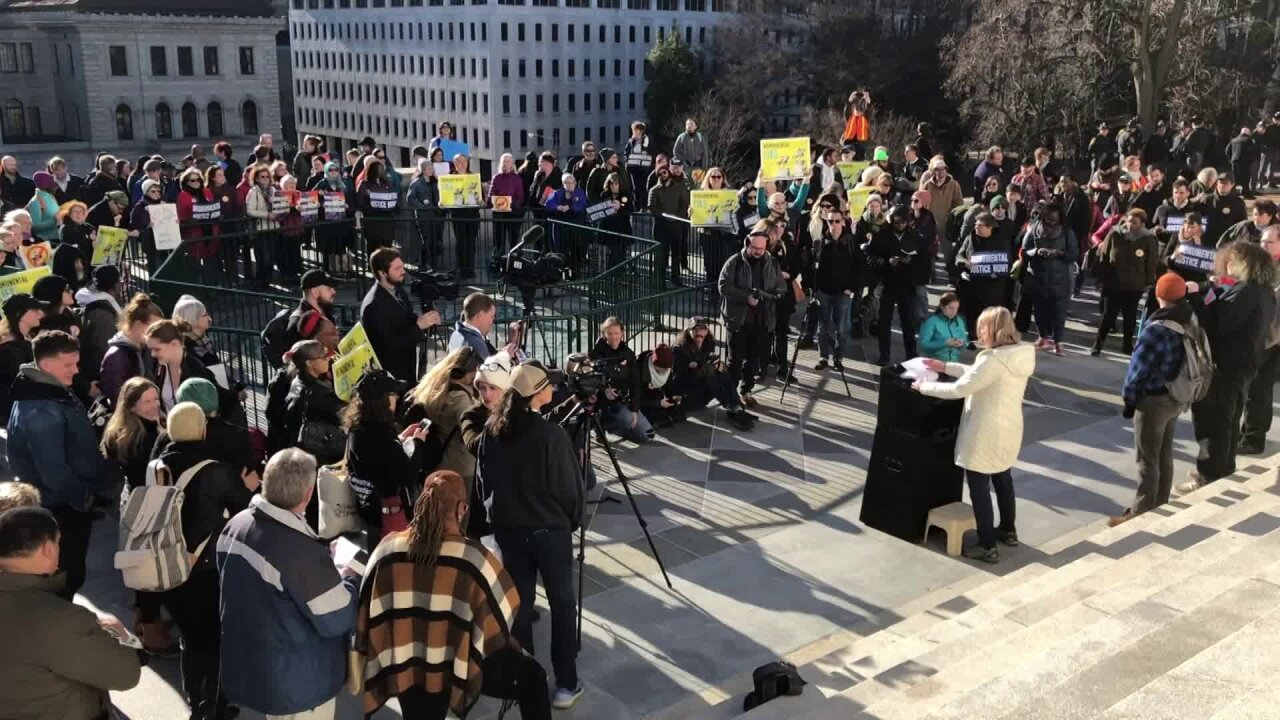 Supporters, opponents rally outside Virginia State Capitol as 2020 General Assembly session begins