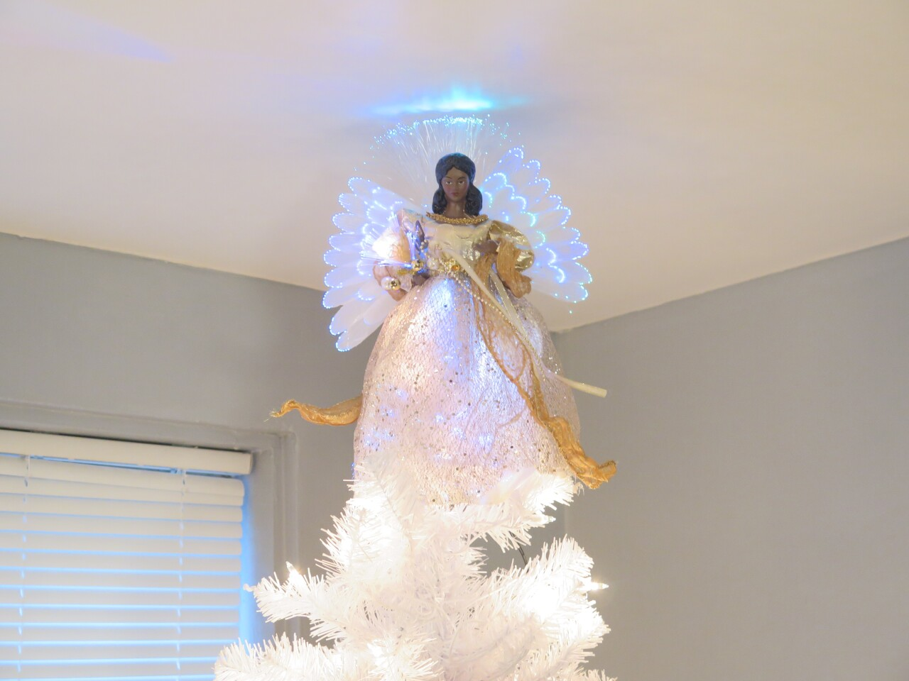Angel_on_top_of_Davis_family_tree.JPG