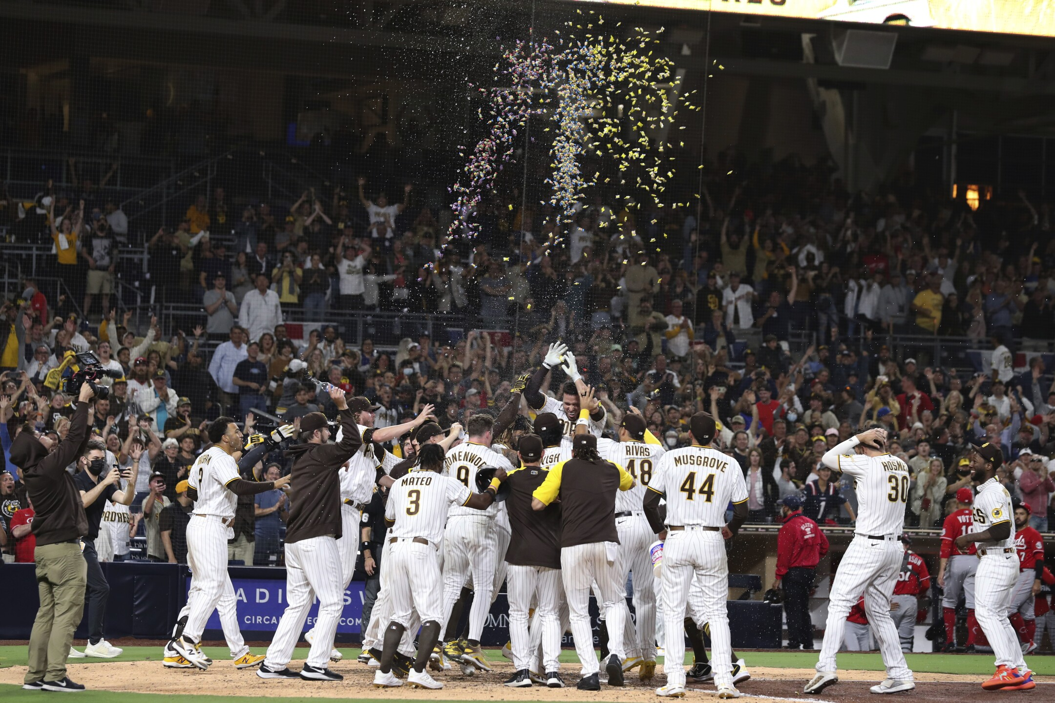 Victor Caratini hits walk-off HR as Petco Park returns to full capacity