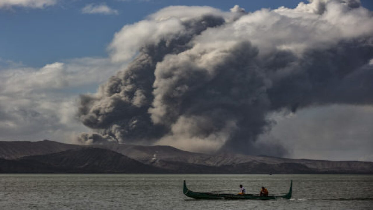 This Couple Got Married As A Volcano Erupted Behind Them And Their Wedding Photos Are Stunning