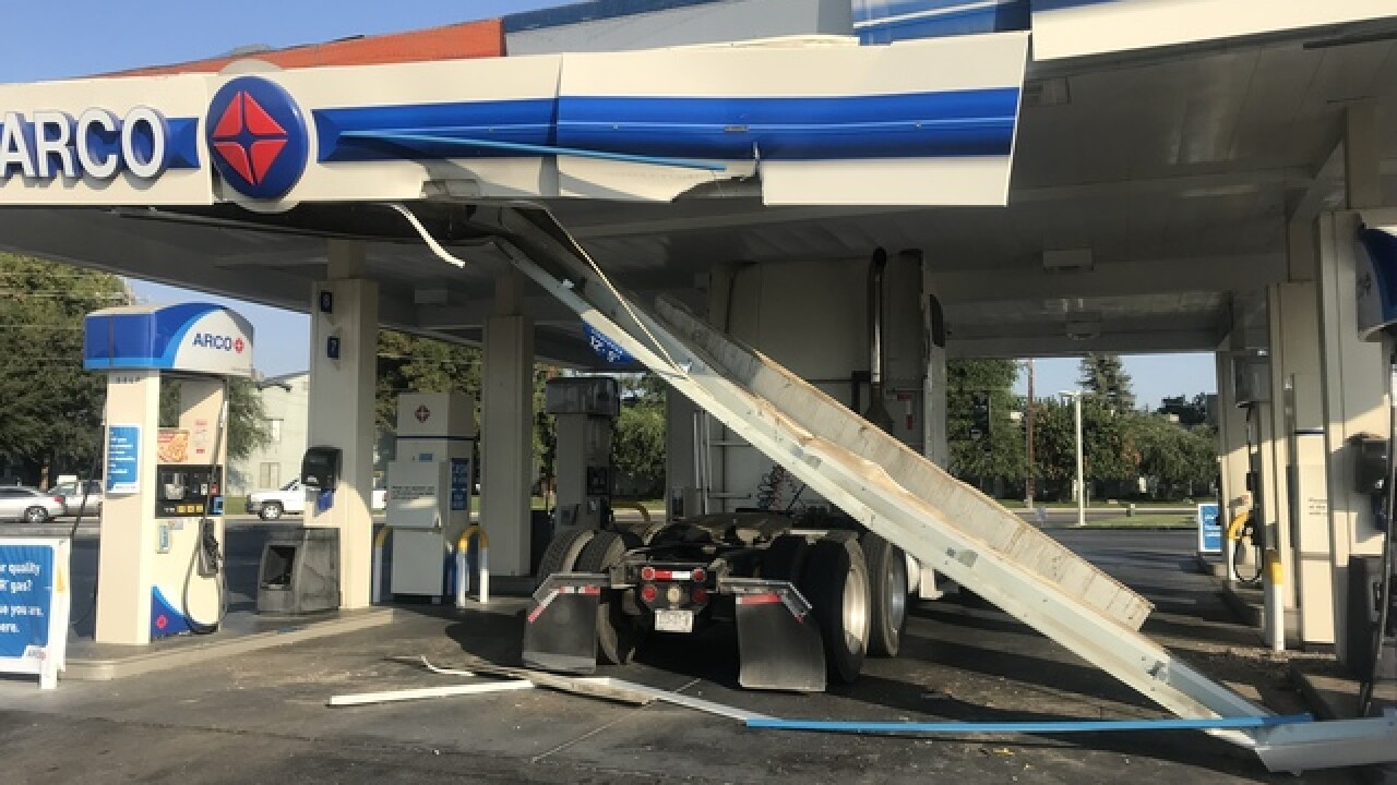 Arco Gas Station >> Big Rig Crashes Into Arco Gas Station Causing Structural Damage