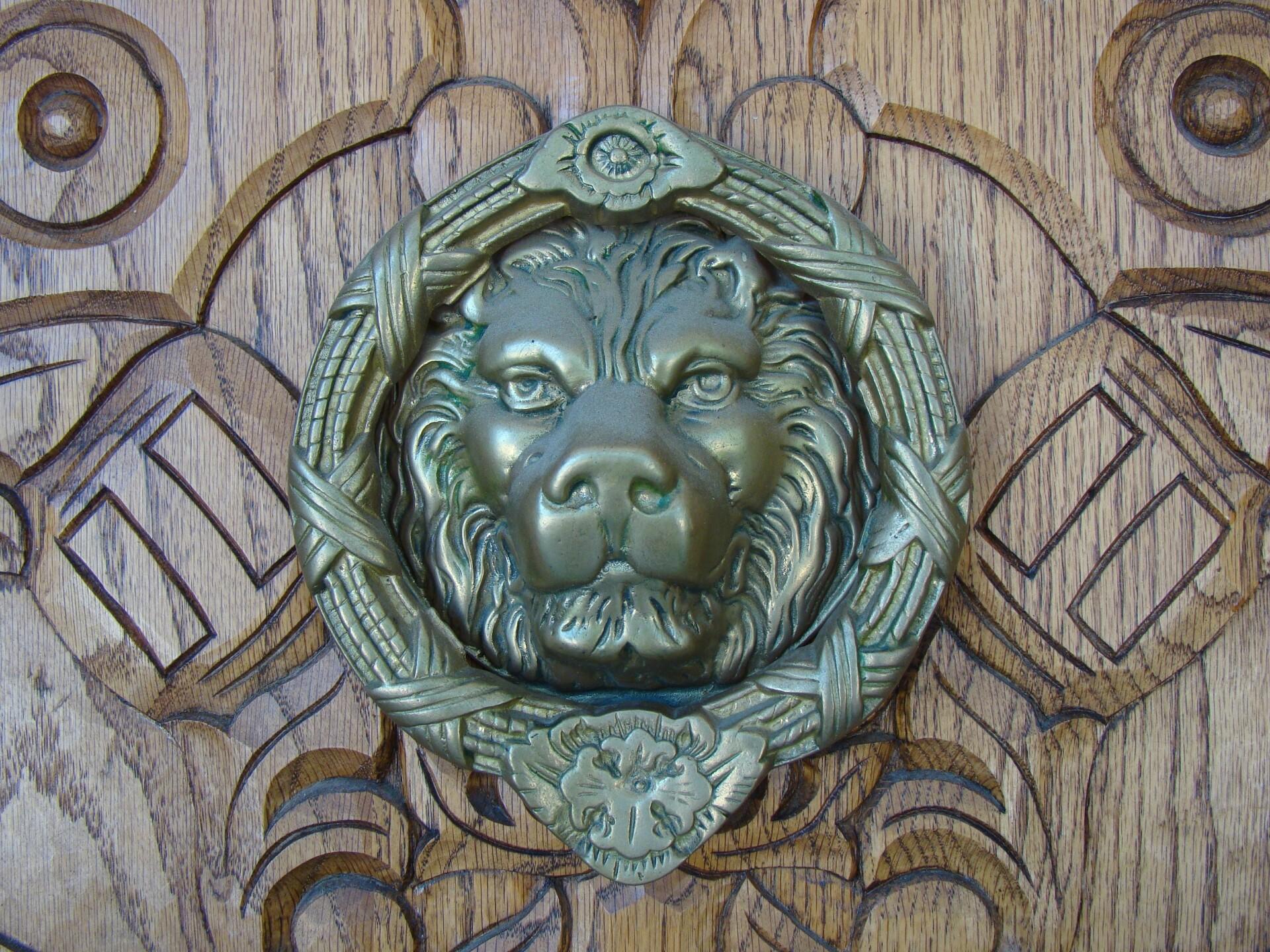 Castle Caenen Entry lion knocker antique .jpg