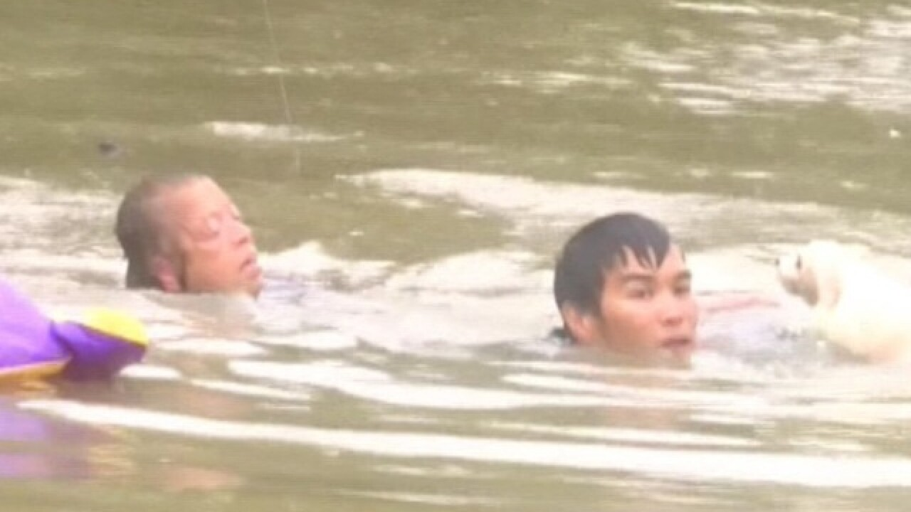 As car sinks, last-minute rescue caught on video