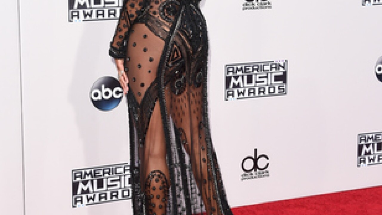 IMAGES: American Music Awards 2015 Red Carpet