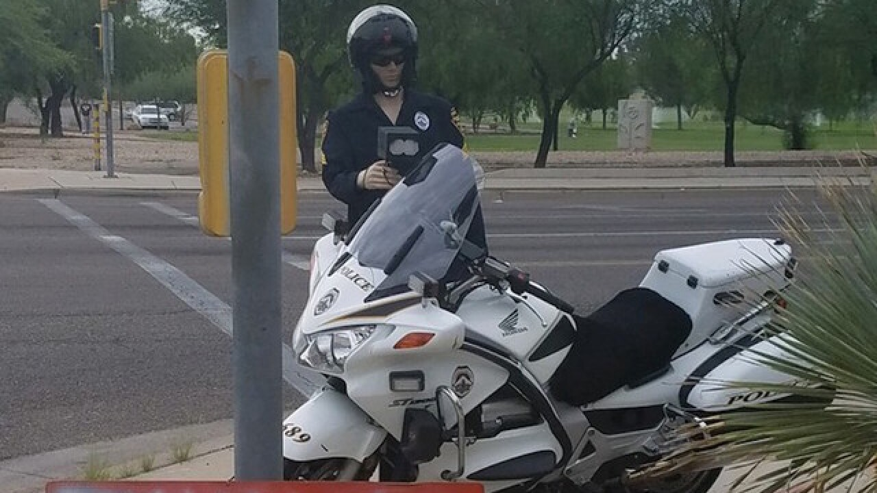 Ariz. police pose mannequins as cops