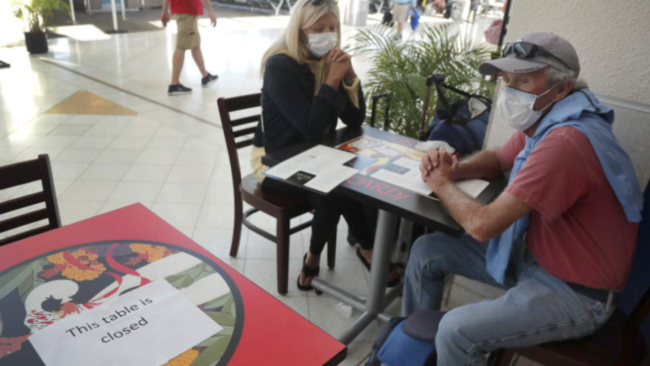 Restaurant customers with masks.PNG