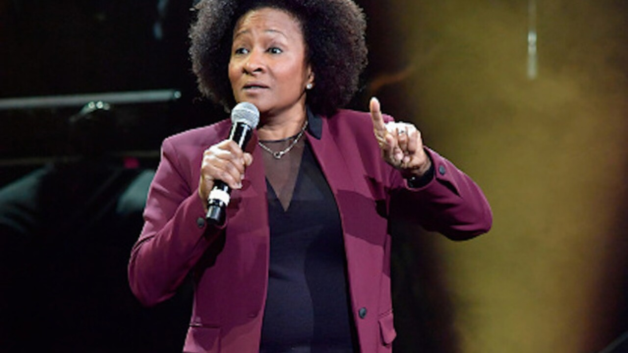 Comedian Wanda Sykes flips off booing crowd after calling Trump a 'racist'