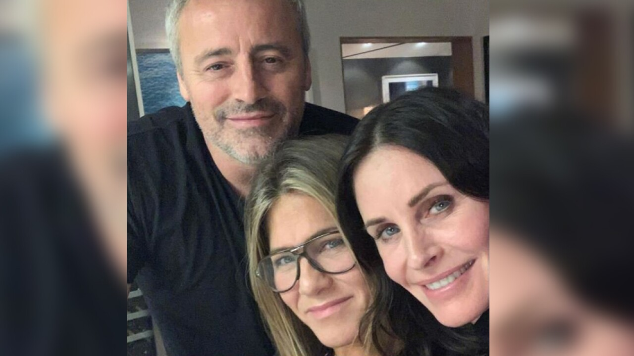 Courteney Cox posed with former co-stars Jennifer Aniston and Matt LeBlanc on Saturday night.