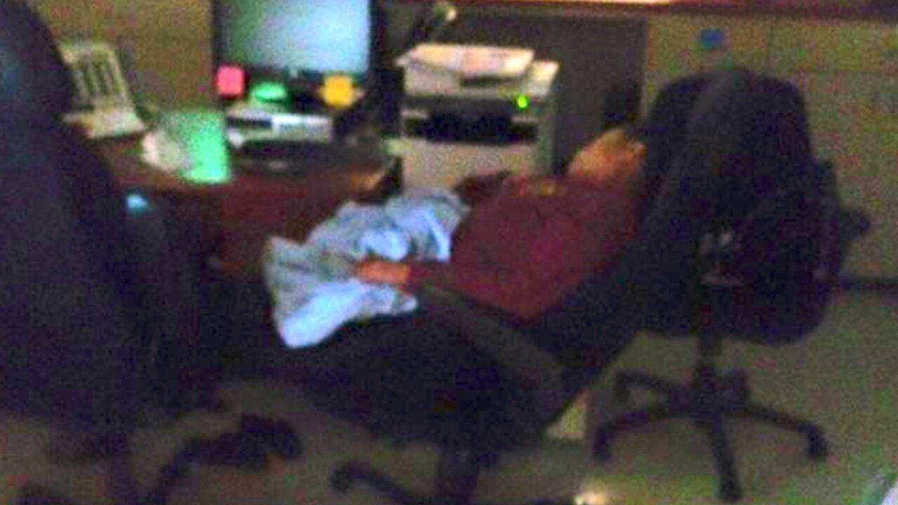 Outrage over photo that appears to show 911 dispatcher asleep atwork