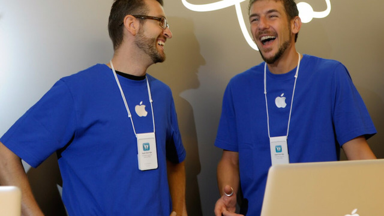 Apple Store employees caught stealing photos from customer iPhones, ranking bodies on 10-point scale