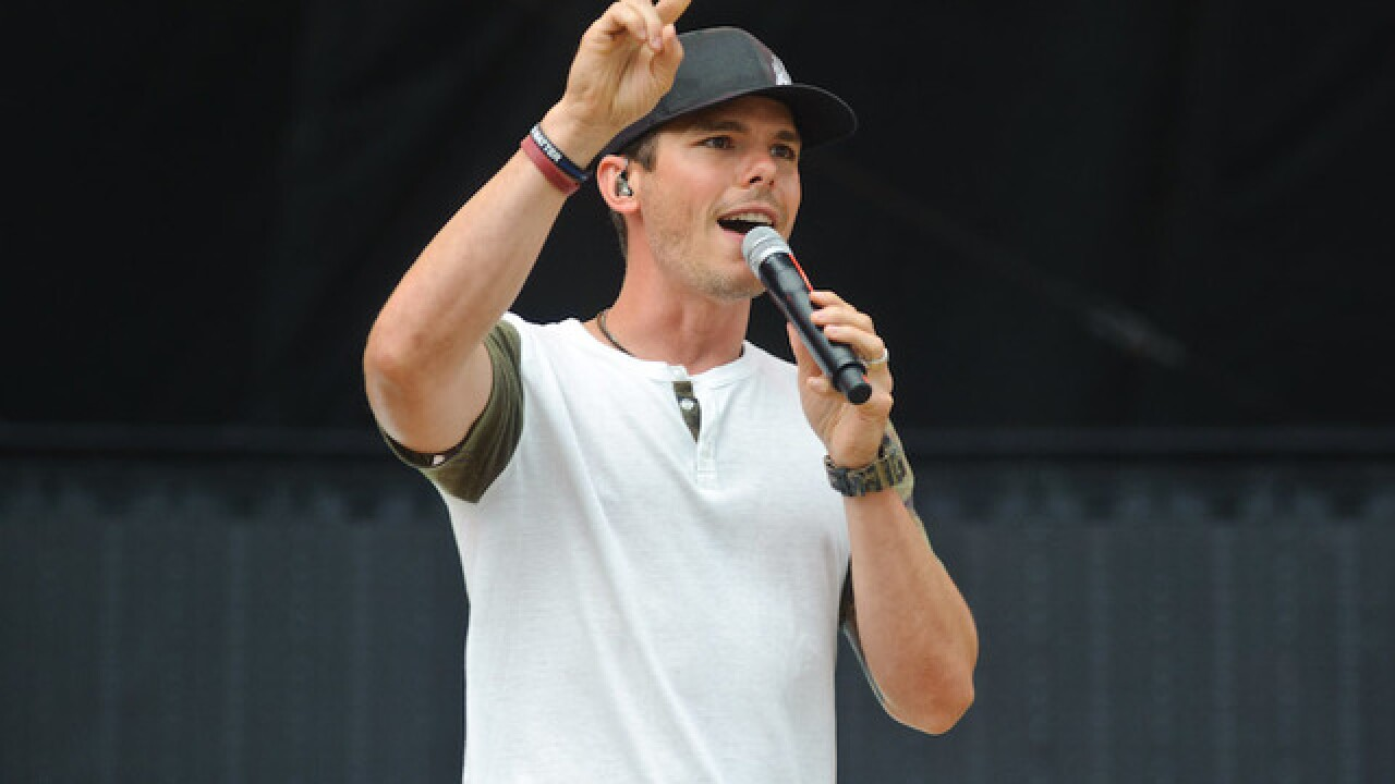 Country singer Granger Smith falls off stage, breaks ribs, finishes song (VIDEO)