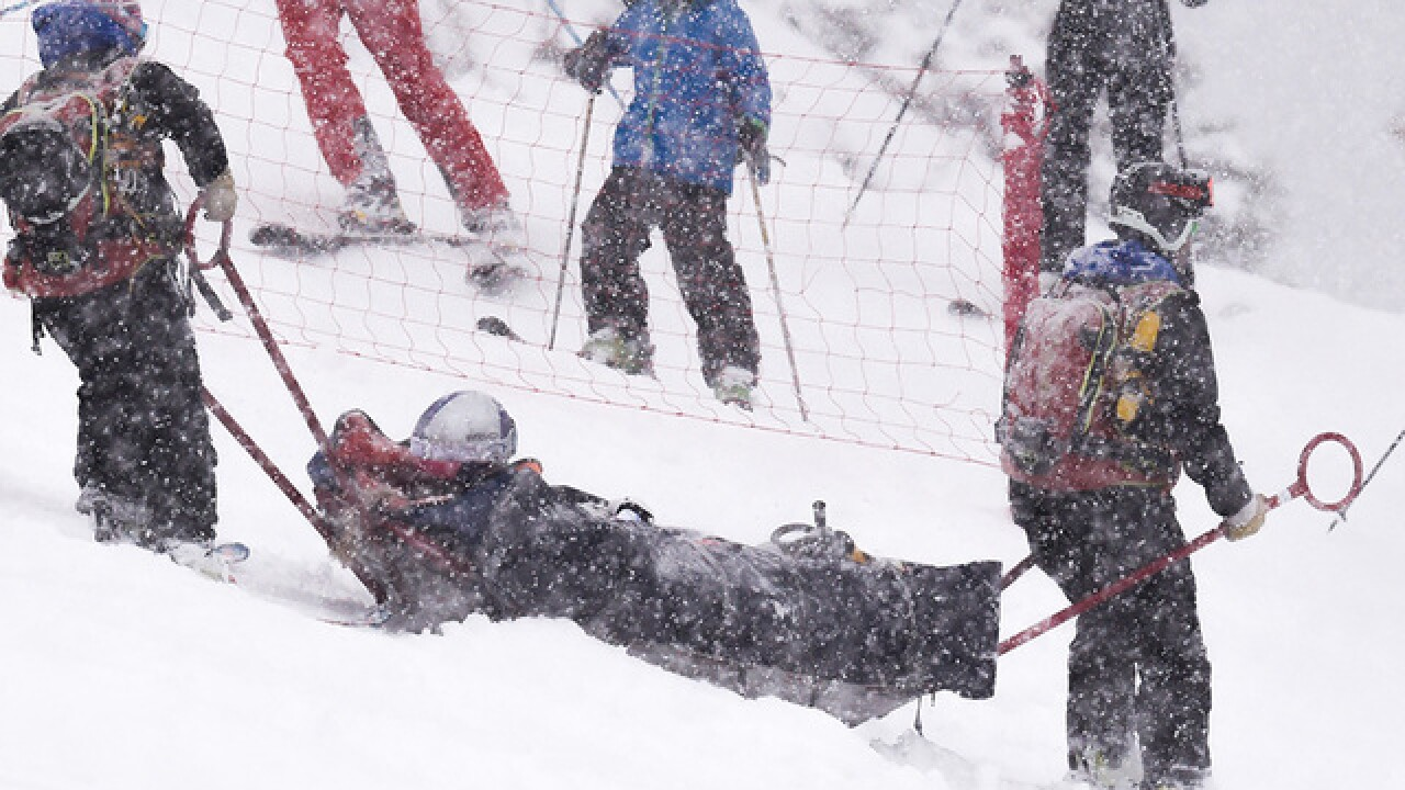 Lindsey Vonn injures left knee during World Cup