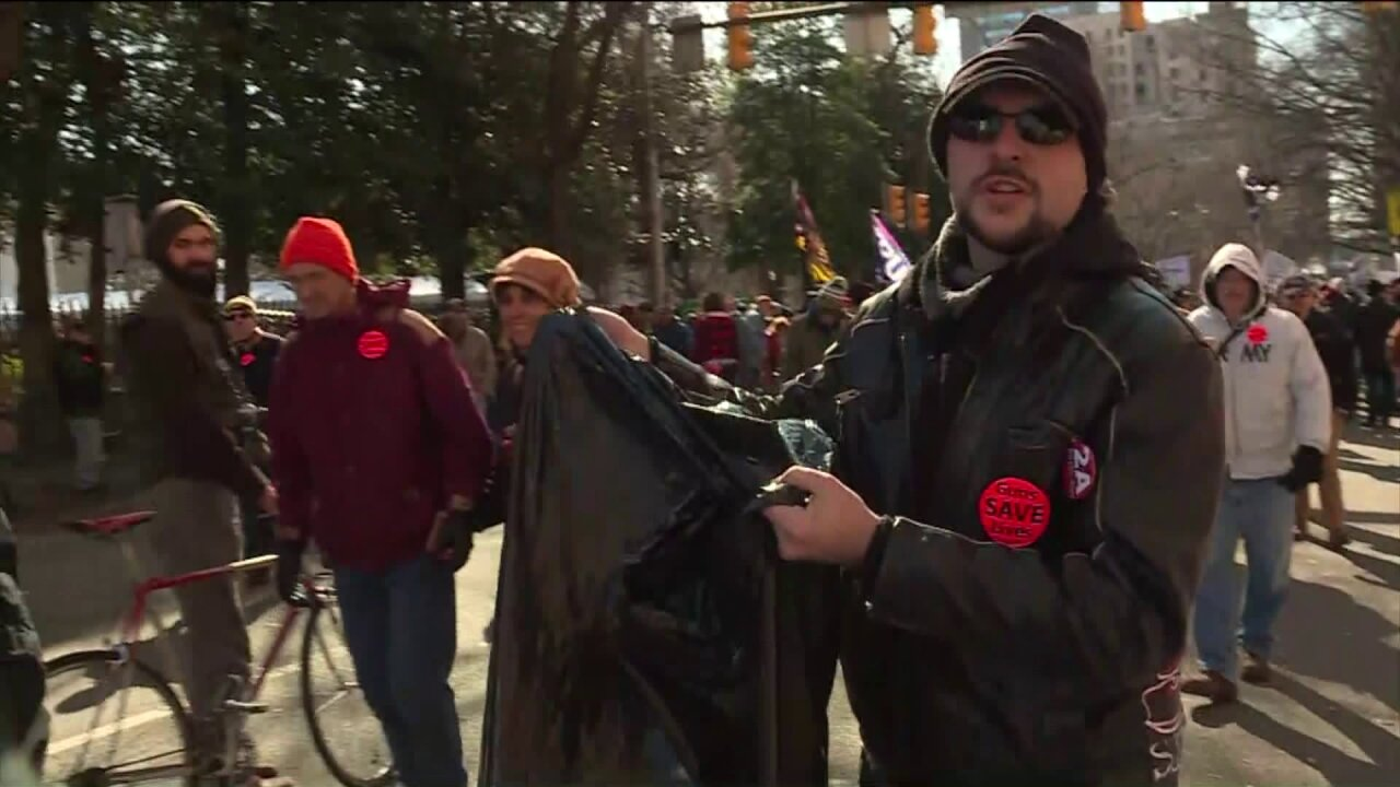 Gun advocates pick up trash, protest peacefully: 'We want to show an example'