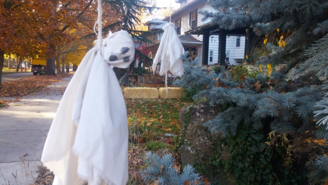 Lots of ghosts an' goblins an' graves on Boise's Harrison Blvd.