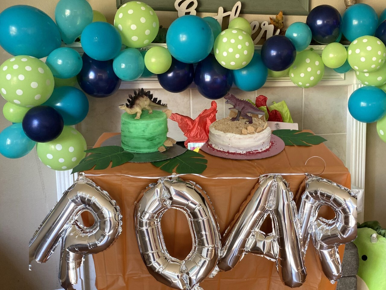Balloon arch and cakes