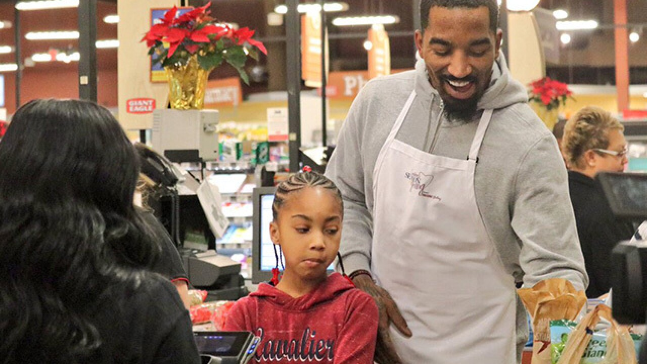 J.R. Smith, Isaiah Thomas surprise shoppers