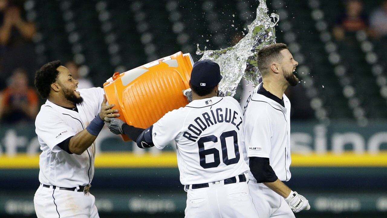 Tigers out-slug Yankees, win on walkoff in wild game