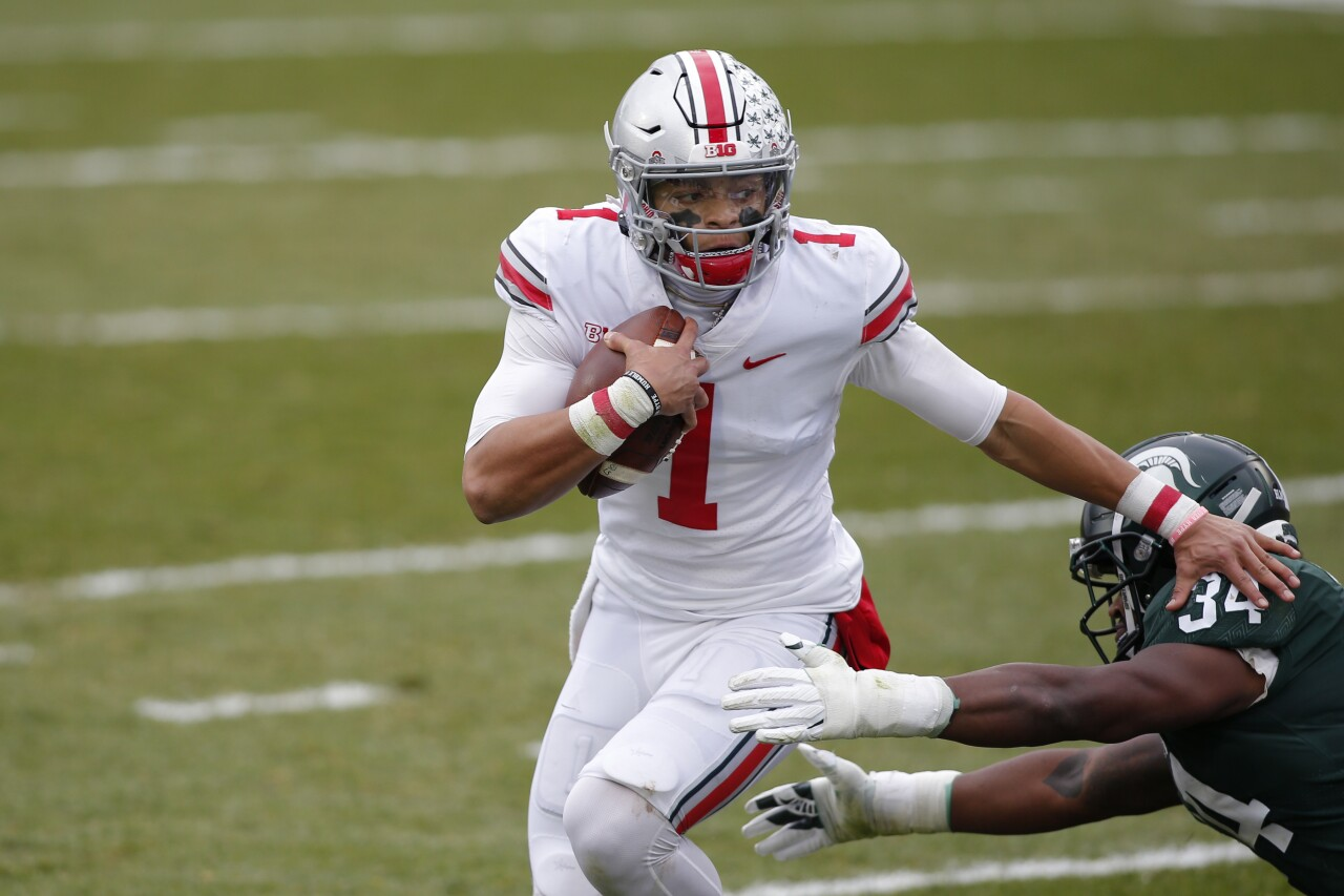 Ohio State Buckeyes QB Justin Fields escapes Michigan State Spartans defender in 2020
