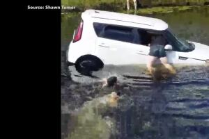 VIDEO: Good Samaritans rescue women who drove into canal