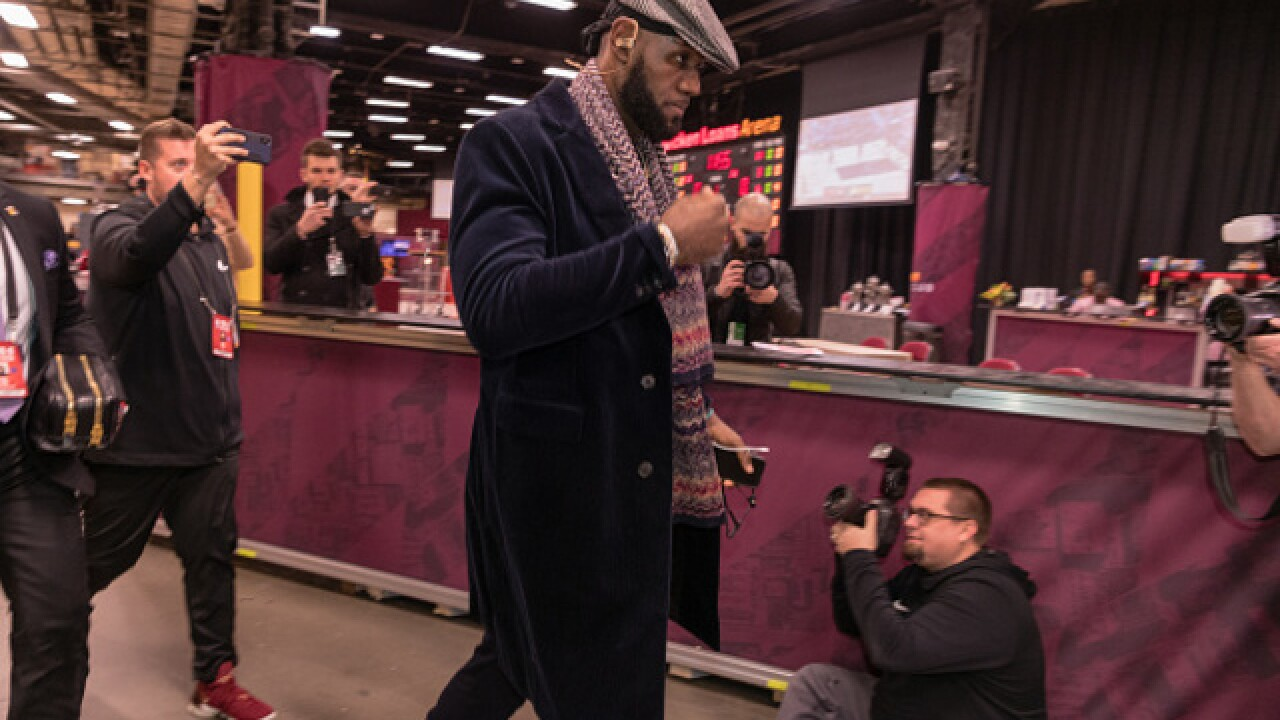 LeBron James gets standing ovation at Cavaliers game