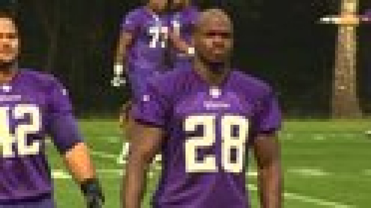Vikings star Adrian Peterson turns himself in, freed on bail
