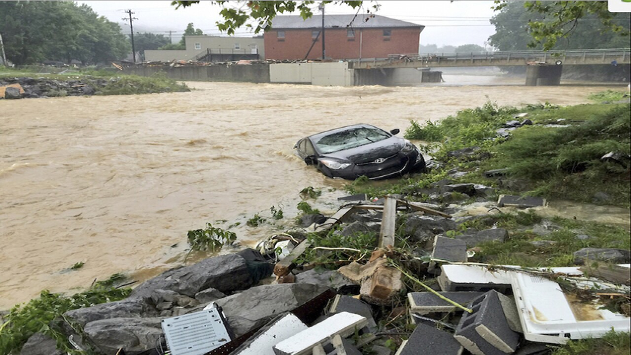 500 trapped inside flooding West Virginia mall