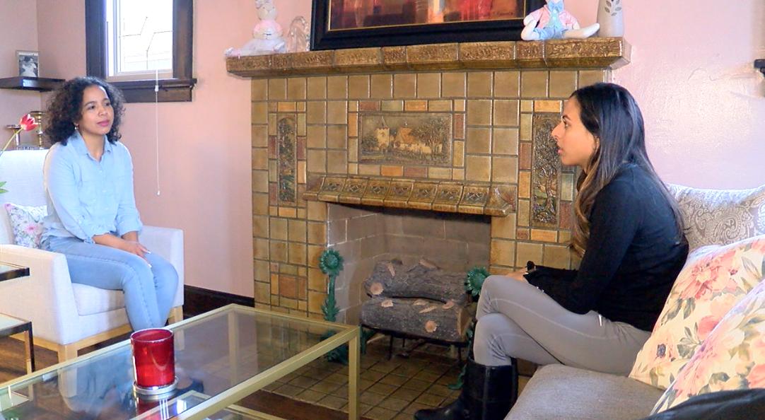 Grethel Valladarez hablando con reportera Paola Suro sobre la importancia de participar en el Censo