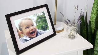 This Digital Picture Frame Has Tons Of Glowing Reviews