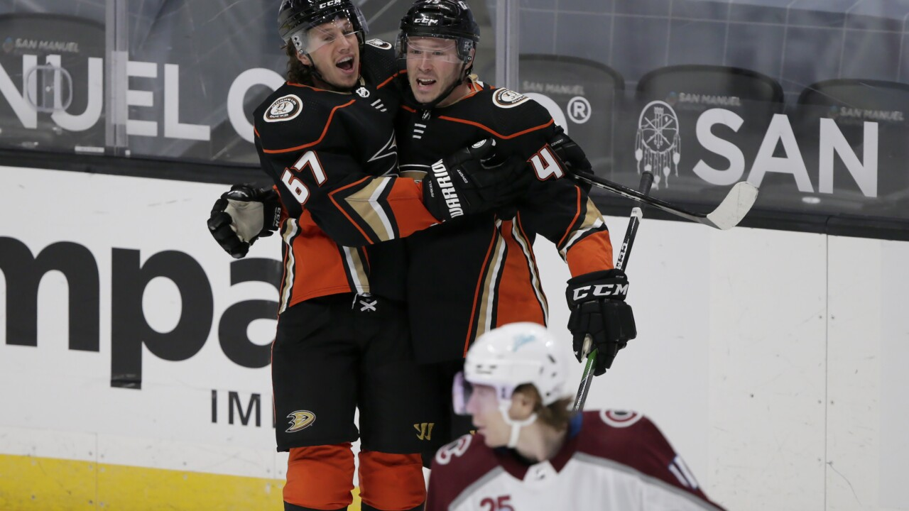 Ducks use strong offensive game to take down Avalanche 3-2