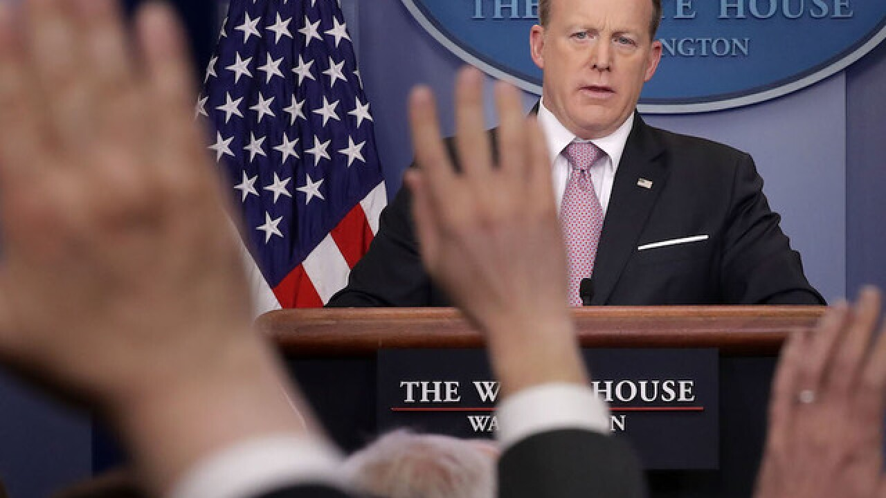 Woman questions Spicer at DC Apple store, tweets video