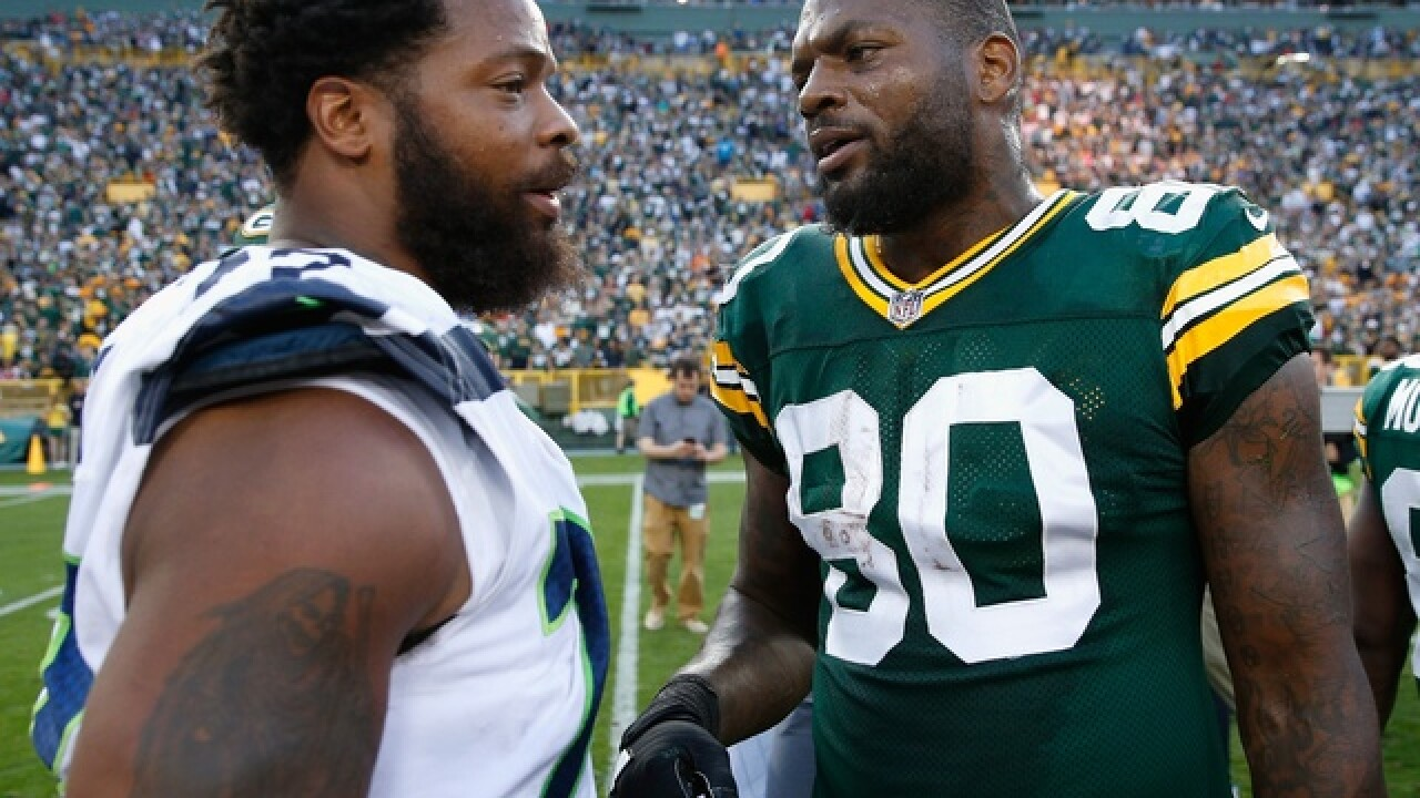 Packers' Martellus Bennett holds fist up during national anthem; brother Michael sits