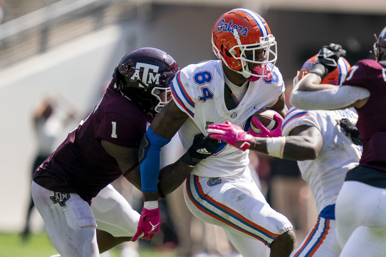 Texas A&M Aggies linebacker Buddy Johnson tackles Florida Gators tight end Kyle Pitts in 2020