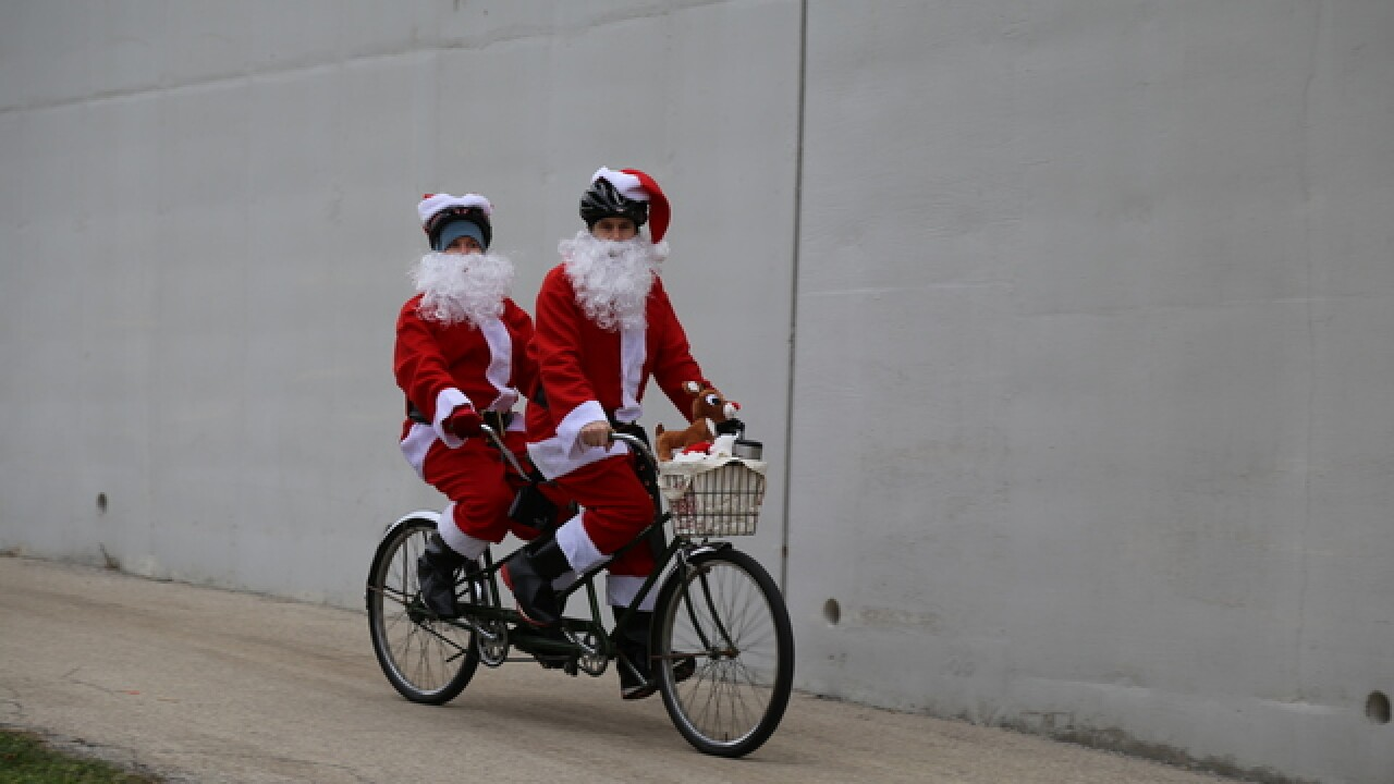 Thousands of Santas invade the streets of MKE