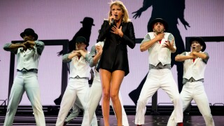 Photos: Taylor Swift cuts deal with AT&T for Super Bowl weekendshow