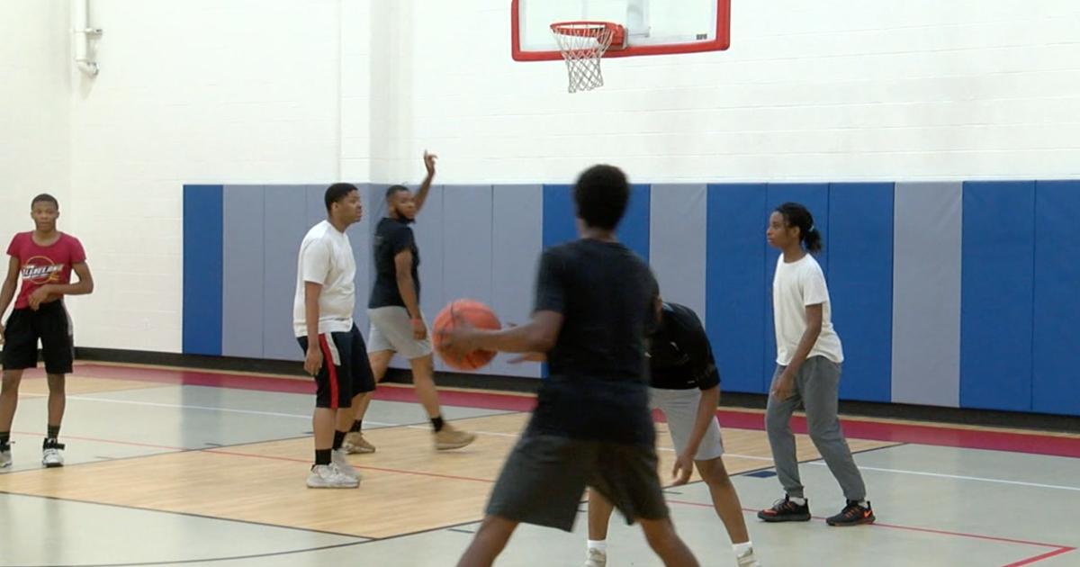 Former Harlem Globetrotter mentors Cleveland youths in bible study, basketball
