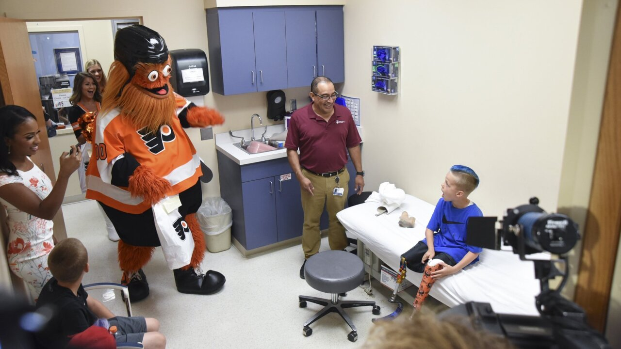 A 7-year-old hockey fan wanted a prosthetic leg that repped his favorite team — and Gritty obliged