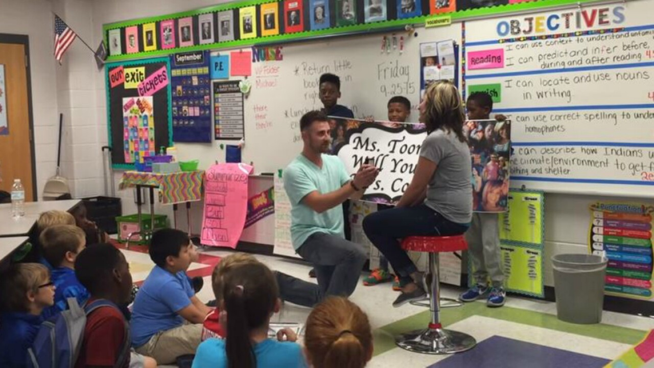 Students help surprise 4th grade teacher with classroom marriage proposal