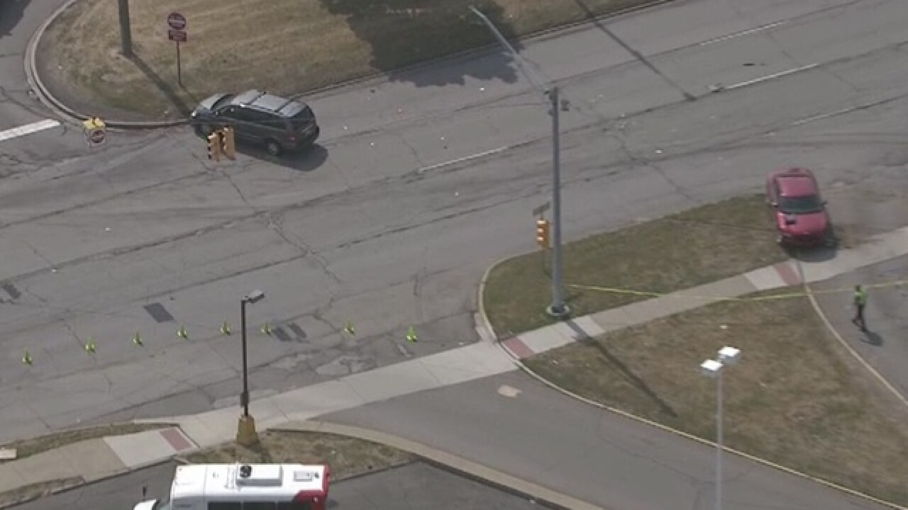 Serious crash closes Gratiot in Roseville