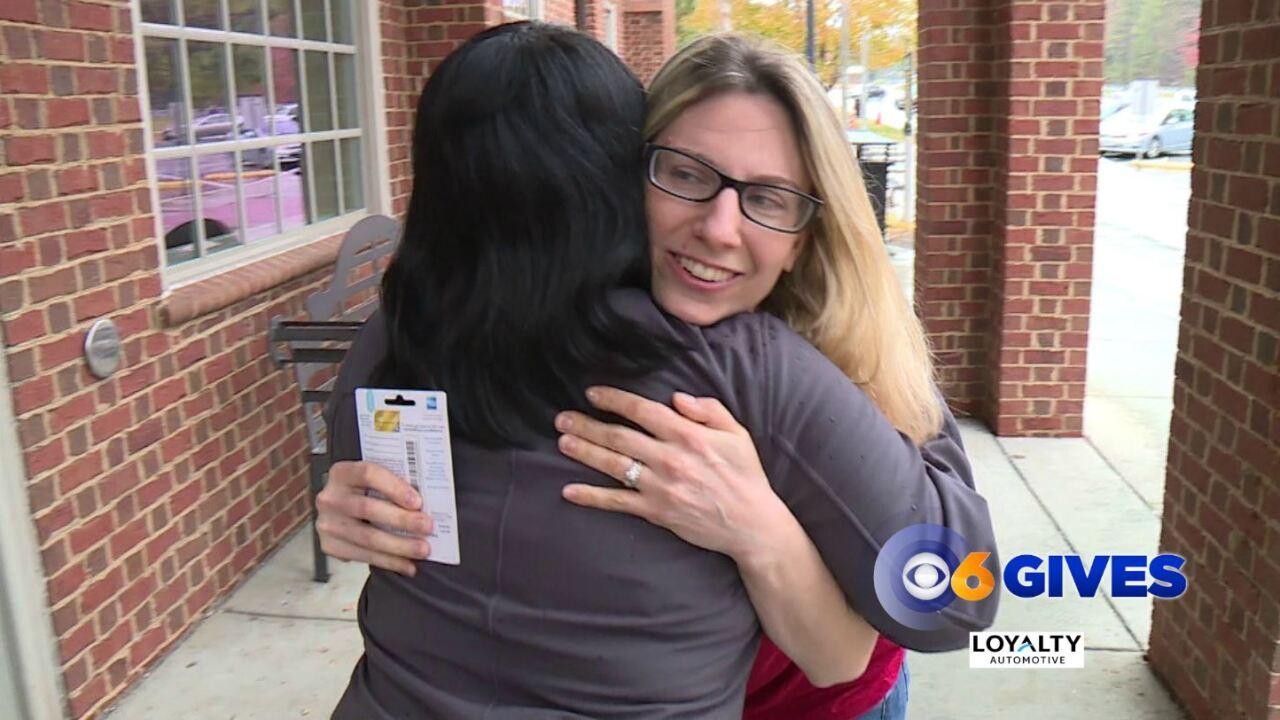 🚗 Reba surprises travelers at I-64 reststop