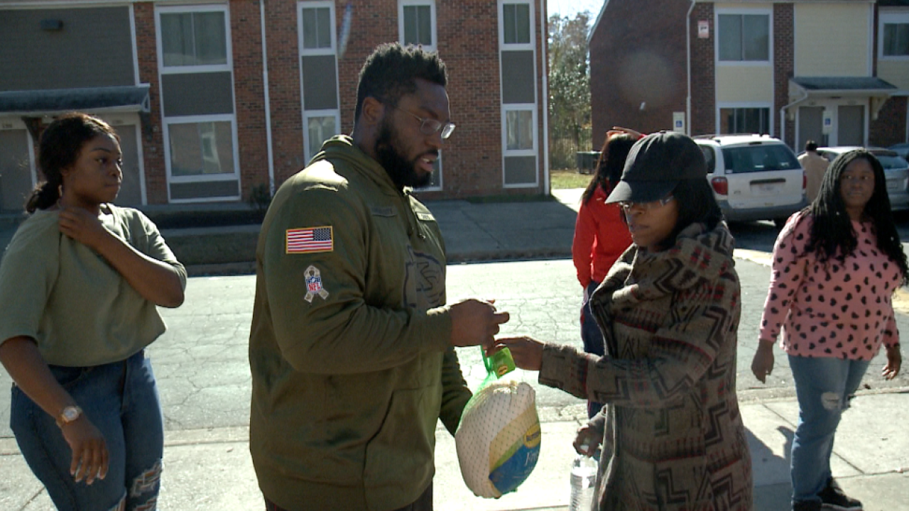 Chiefs rookie Derrick Nnadi hands out 100 turkeys to Virginia Beach families