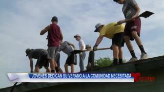 Jóvenes dedican su verano a la comunidad necesitada