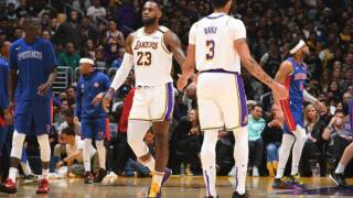 Lakers block 20 shots, hold off Pistons in wild fourth